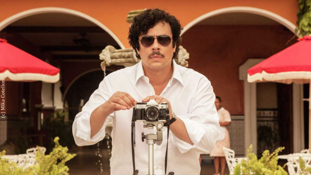 Benicio Del Toro as Escobar